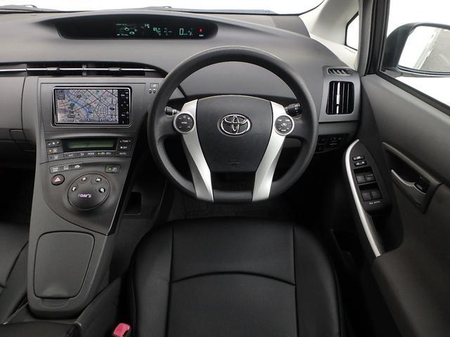 運転手席に座るとこの様な感じです。運転席に座りハンドルを握れば近未来的な車に乗ってるって感じる瞬間です。今度は貴方がプリウス伝説を創る順番です。