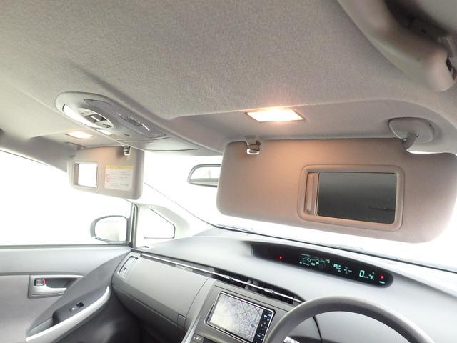 ご覧の通り、日除けのバイザーの裏には鏡が付いています。また天井からはスポットライトトも有りますので、身だしなみチェックにも重宝します。