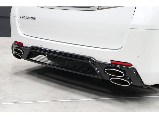 リアバンパーエアロは特徴的なデザインのAdmiration製です。下部をブラックで塗分けてドレッシーに仕上がつています。また、オーバル4本出しマフラーもリアビューを引き締めています。