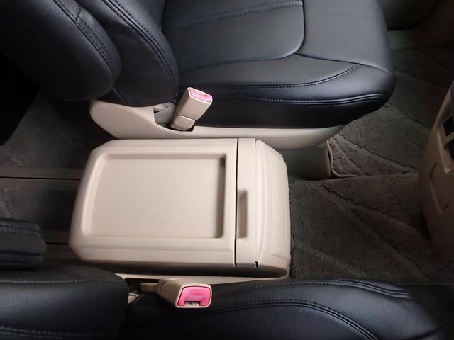 運転手席と助手席の間には、センターテーブルが装備されています。