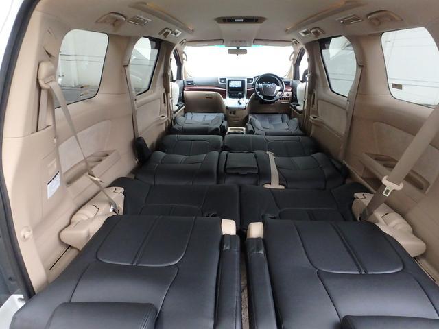こちらは全シートを倒してフルフラットにしている所です。これだけ広い空間になったら車中泊でも楽々です。大人でもゆったり寝れます。