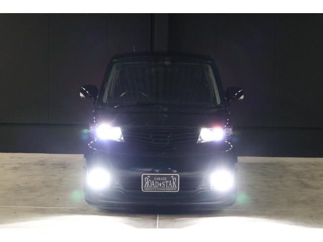 こちらは夜間の撮影です。ヘッドライトはHIDシステム、フォグランプはLEDシステムですので純白光のとても明るくキレイな輝きです。明るく運転し易いだけでなく、夜のドレスアップとしてもイイです!