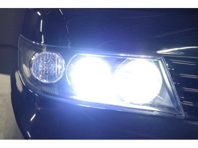 こちらは夜間の撮影です。ヘッドライトはHIDシステムですので純白光のとても明るくキレイな輝きです。