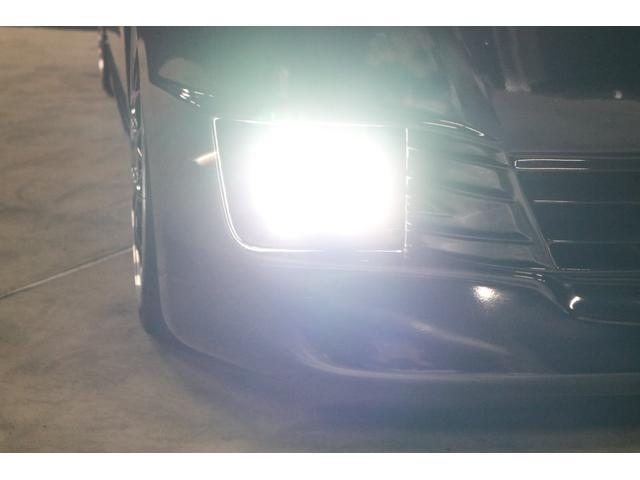 こちらは夜間の撮影です。フォグランプはLEDシステムに仕様変更していますので、ご覧の通り純白光のとても明るくキレイな輝きです。