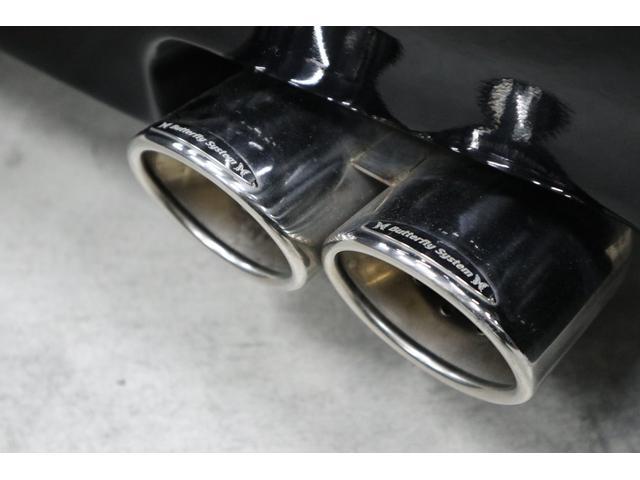 マフラー上部には黒死蝶バタフライシステムのプレートもしっかり付いています。 ※尚、マフラーの音量は爆音では有りません。低音サウンドですが、リアピースだけの交換ですので車検対応です。