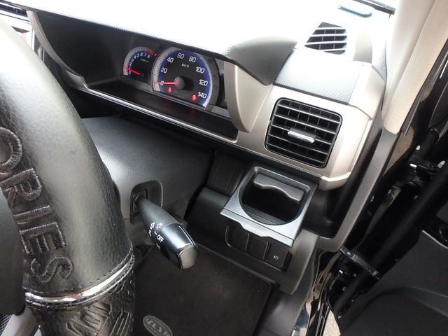 エアコンの吹き出し口の下にはインダッシュのドリンクホルダーが付いていますのでドリンクもHot&Coolお使い頂けます。
