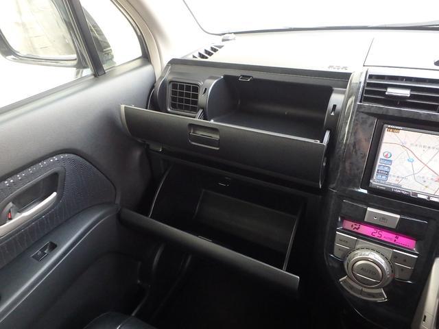 助手席前のコンソールボックスは、上下2段になっていますので大容量の収納力です。