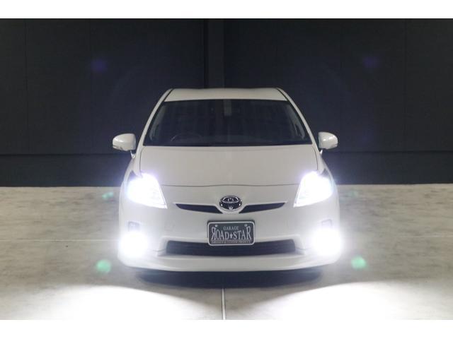 こちらは夜間の撮影です。ヘッドライトもフォグランプもLEDシステムですので、純白光のとても明るくキレイな輝きです。明るく運転し易いだけでなく、夜のドレスアップとしてもイイです。