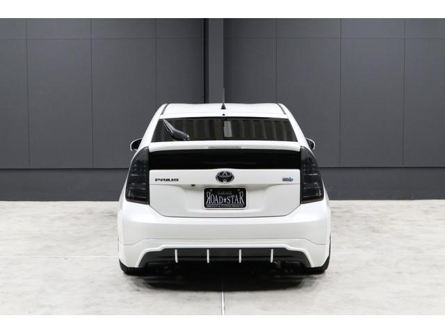 リアビューです。安定した低重心・低車高が象徴的です。また、スモークテールレンズカバーとリアアンダースポイラーのディフューザー部の塗り分け等、黒色の差し色がバッチリ効いてカッコイイです。