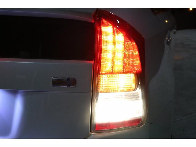 夜間の撮影です。撮影の為に全点灯させています。黒いスモークテールレンズカバーを装着していますが、ご覧の通りブレーキランプ・ウインカー・バックランプ等、全てハッキリと確認出来ます。安全第一!車検もOK!