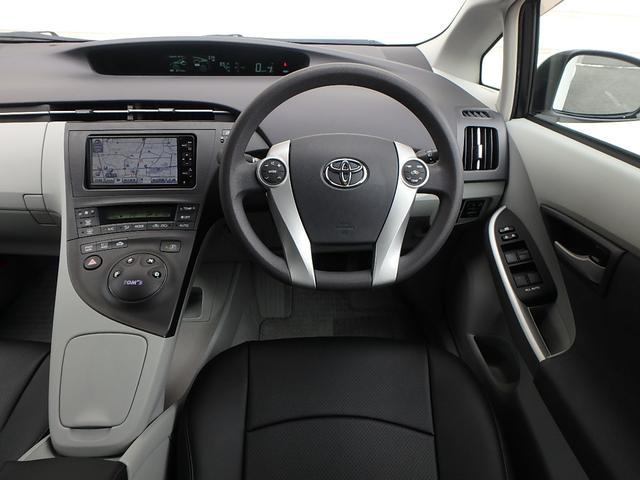 運転手席に座るとこの様な感じです。運転席に座りハンドルを握れば近未来的な車に乗ってるって実感する瞬間です。今度は貴方がプリウス伝説を創る順番です。