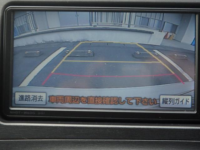 こちらはバックカメラの映像です。ご覧の通りカラーで映し出されますしガイドバーも出ますので、駐車場での車庫入れも楽々です。