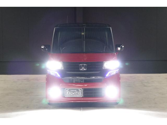 こちらは夜間の撮影です。ヘッドライトはHIDシステム、フォグランプはLEDシステムですので、ご覧の通り純白光のとても明るくキレイな輝きです。明るく運転し易いだけでなく夜のドレスアップとしてもイイです。