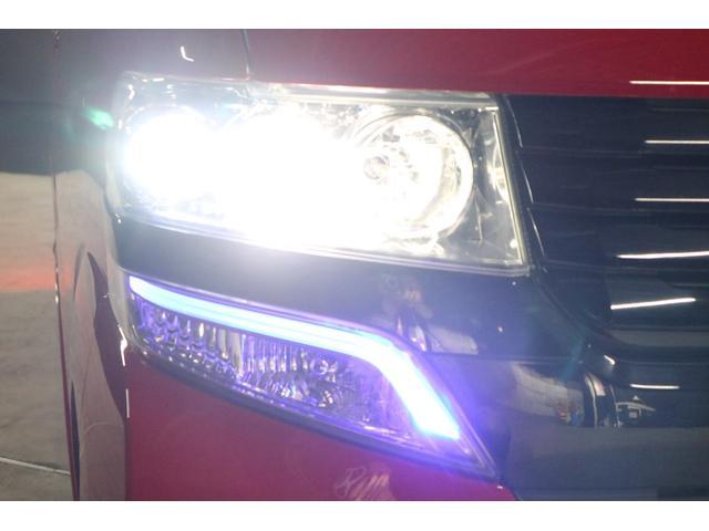こちらはヘッドライトを点けている状態です。ヘッドライトはHIDシステムですので、ご覧の通り純白光のとても明るくキレイな輝きです。