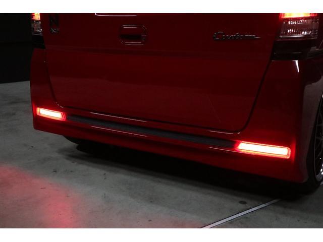 あれっ!って思った方も多いと思います。リアバンパーのリフレクター(反射板)が赤色LEDで光っています。コレは今回LEDリフレクターに変更したからです。スモールランプとブレーキランプに連動して光ります。