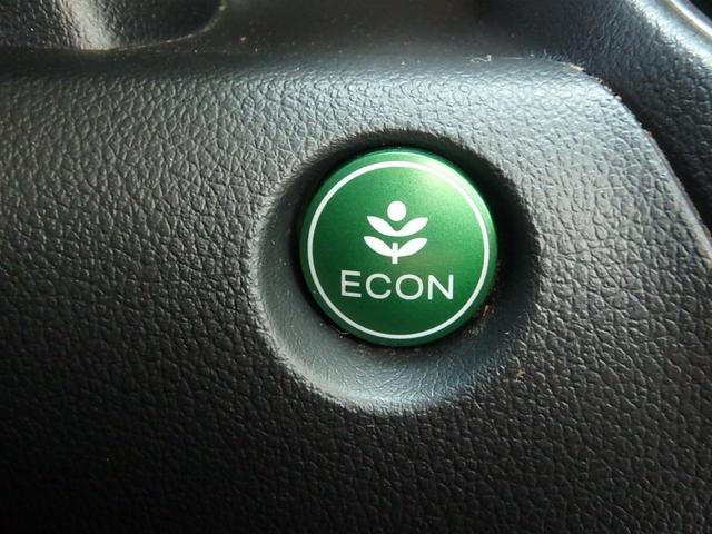 この緑色のボタンがECONモードボタンです。アクセルの踏み込みなどを抑えて低燃費で運転できる機能です。