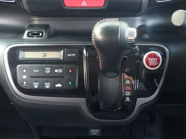 ナビゲーションの下には、ちょうど操作しやすい位置にシフトノブとエアコン操作スイッチが有ります。