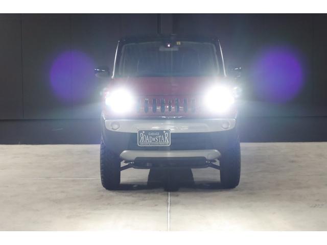 こちらは夜間の撮影です。ヘッドライトはHIDシステムですので、ご覧の通り純白光のとっても明るくキレイな輝きです。明るく運転し易いだけでなく夜のドレスアップとしてもイイです。