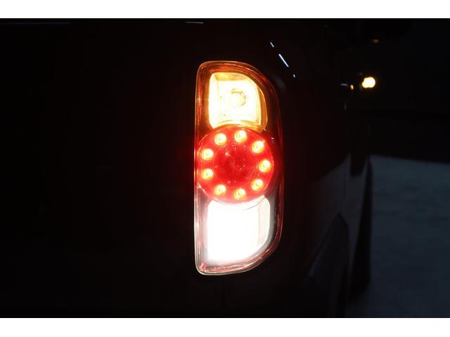 こちらは夜間の撮影です。テールは撮影の為に全点灯しています。スモークテールレンズカバーを装着していますが、ご覧の通り点灯時は保安基準色でハッキリ光っています。車検対応なのでご心配無く!