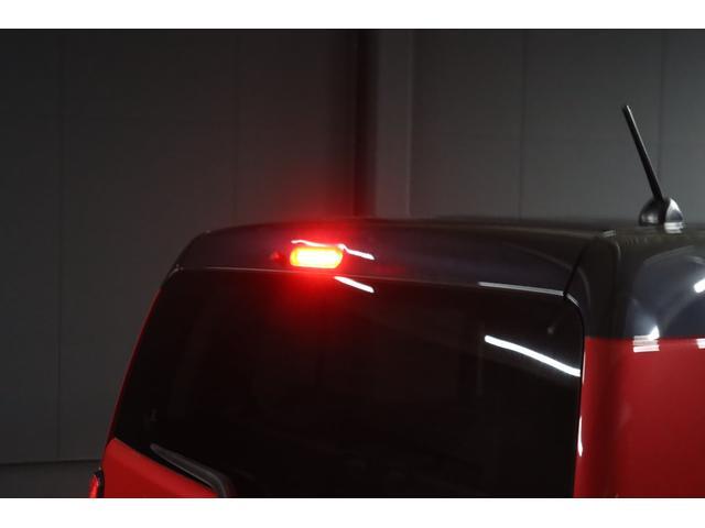 ご覧の通りリアゲートの上部には赤色LEDで光るハイマウントストップランプも付いています。