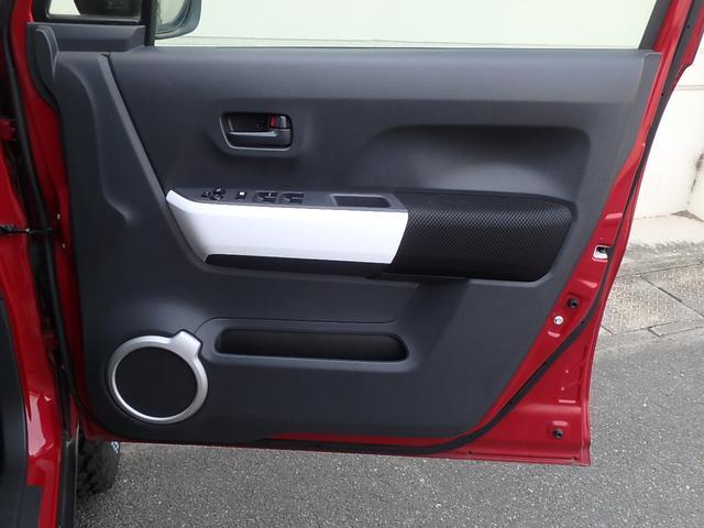 こちらはドアの内張です。インパネ回りと同様にひじ掛けの所にはホワイトインテリアパネルが貼られています。また、下にあるドアスピーカーのデザインはヘッドライトと同じ形です。オシャレ!