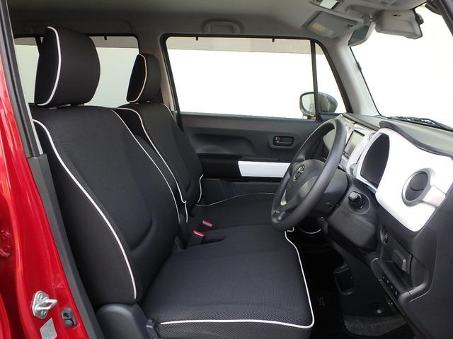 ご覧の通りシートは、ベンチシートタイプですので広々ゆったりと座れます。また、黒いシートのふちには白いパイピングがとってもオシャレです!