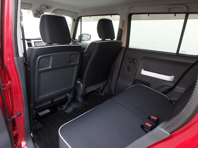 助手席シートの下に有る黒い箱のような物は、リチウムイオンバッテリーです。コレのおかげで燃費が良いのです。