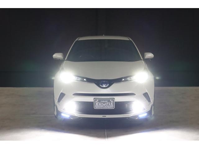 こちらは夜間の撮影です。ヘッドライトもフォグランプもLEDシステムですので純白光のとっても明るくキレイな輝きです。明るく運転し易いだけでなく夜のドレスアップとしてもイイです。