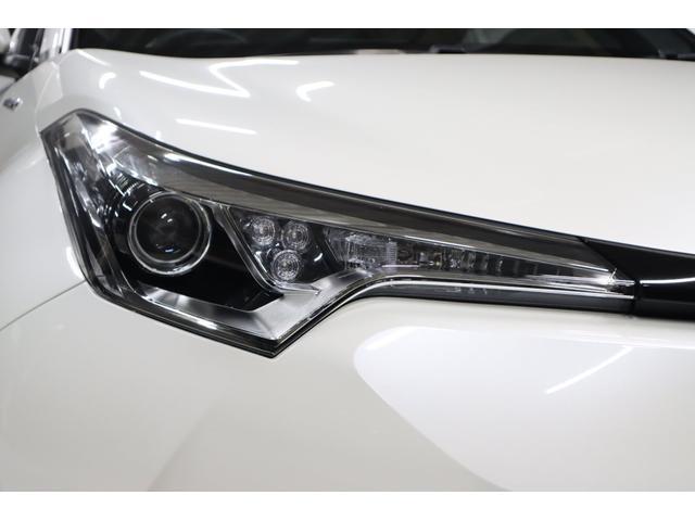 ご覧の通り、ヘッドライトのデザインも他車には類を見ない独創的な形状です。