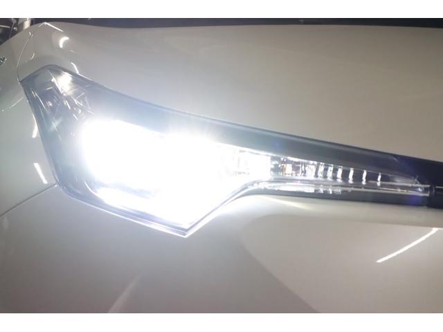 こちらはヘッドライトを点けている状態です。ヘッドライトはLEDシステムですのでご覧の通り純白光のとっても明るくキレイな輝きです。