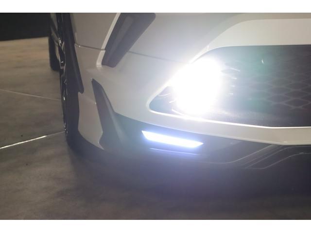 こちらはフォグランプを点けている状態です。フォグランプは今回LEDシステムに仕様変更しましたので、ヘッドライト同様に純白光のとっても明るくキレイな輝きです。
