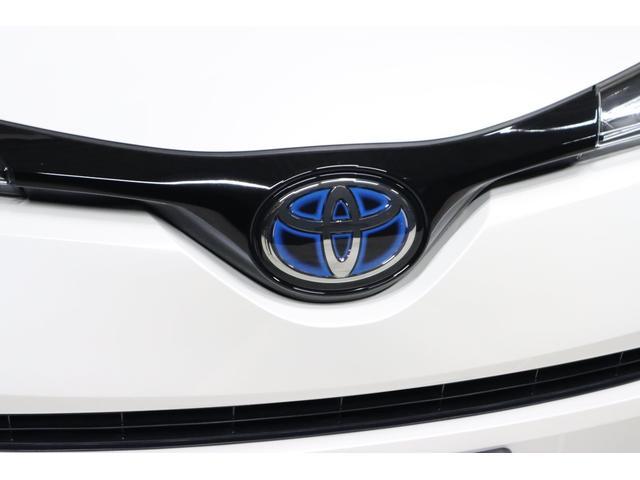 こちらはフメントエンブレルです。ご存知トヨタの『T』マークでブルーが配色されているのがハイブリッド車の特長です。
