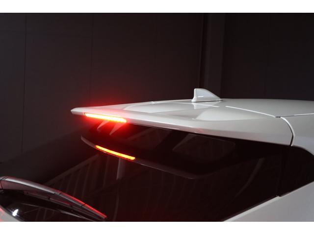 シャキーン!とカッコ良く伸びたルーフスポイラーの中央には赤色LEDで光るハイマウントストップランプも付いています。