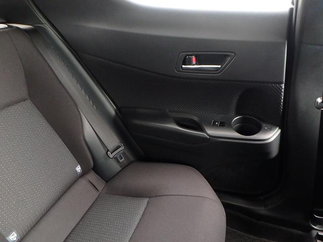 ご覧の通り、後部座席のドアにはドリンクホルダーが有ります。この気づかいが良いですね!とっても重宝します。