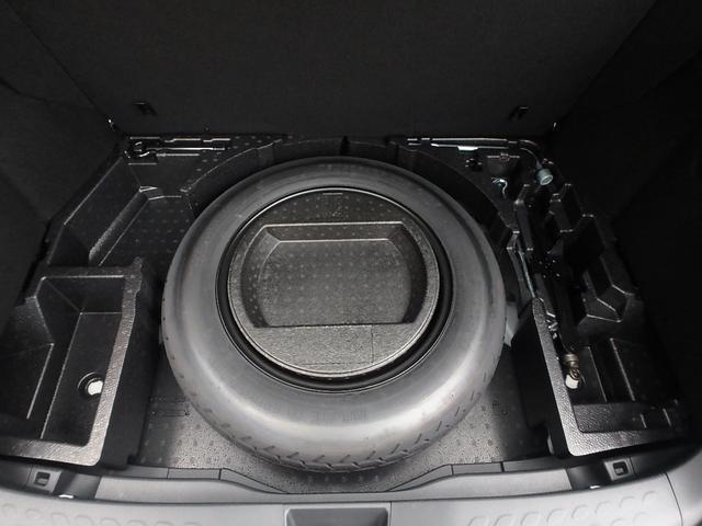 ラゲッジスペースの床をめくると、万が一の為の車載工具とスペアータイヤが装備されています。