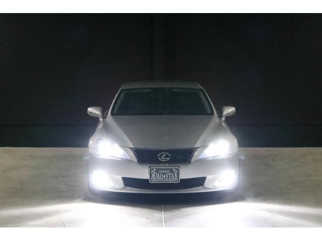 こちらは夜間の撮影です。ヘッドライトとフォグランプは、今回LEDシステムに仕様変更しましたので純白光のとっても明るくキレイな輝きです。明るく運転し易いだけでなく夜のドレスアップとしてもイイです。