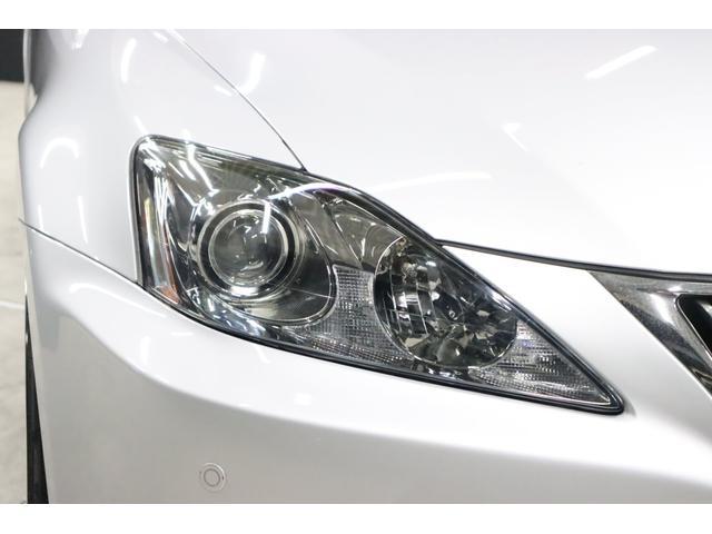 こちらはヘッドライトです。このキリッとした三角形っぽいライトデザインが象徴的でカッコイイです。