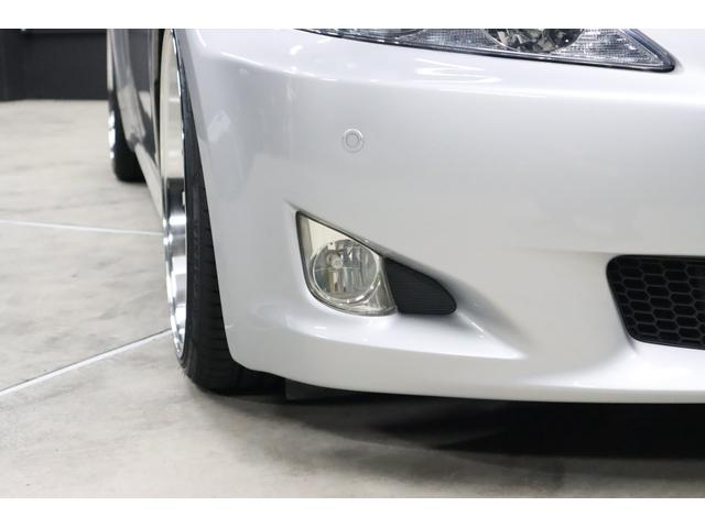 フロントバンパーの両端に三角形ダクト風な所に有るのがフォグランプです。とてもスポーティーなデザインがカッコイイです。