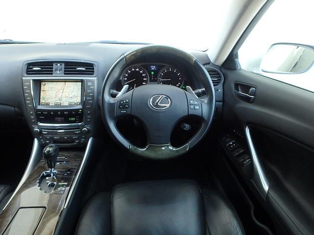 運転手席に座るとこのような感じです。重厚感あるドアを閉めたし時外界のノイズがシャットアウトされ、ハンドルを握った瞬間から貴方だけのレクサス伝説が始まります。今度は貴方が伝説を創る順番です。
