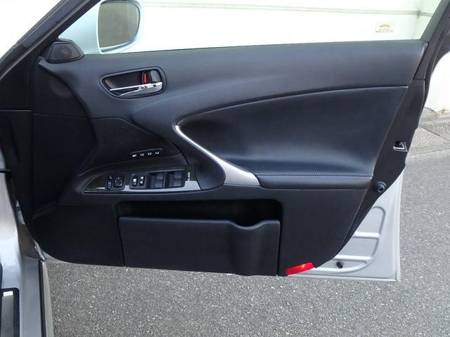 こちらはドアの内張です。やはりレクサスだけあって、内張にも本革が使用されています。また、作りやデザイン性はもちろんですが、とっても高級感が有ります。