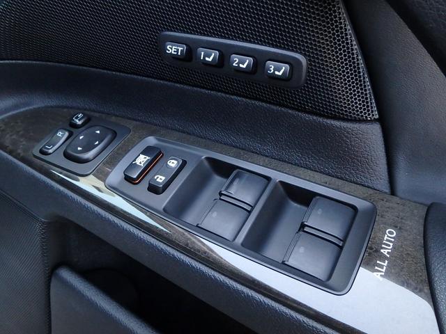 運転手席のドアには、集中パワーウインドウスイッチや電動ドアミラー操作スイッチだけでなく、シートポジションを記憶するメモリーボタンが三つも付いています。