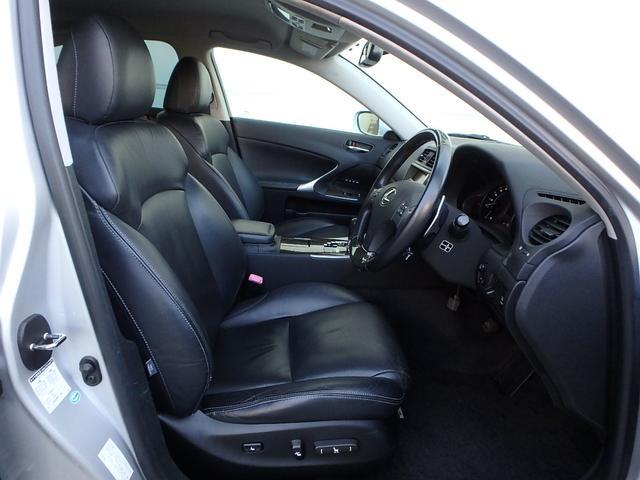 ご覧の通りシートは豪華な本革シートです。また、スポーティーセダンと言う事も有りバケットシート風のホールド性のあるデザインです。とっても運転し易いです!