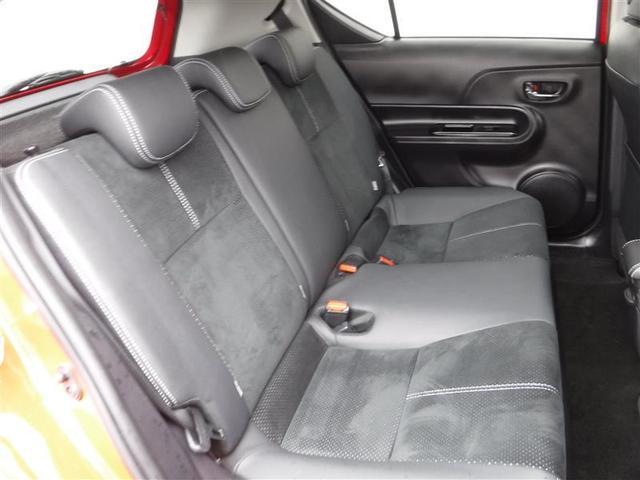 後部座席もこのようにゆったりしたスペースを確保していますので、後ろに乗る方も快適なドライブを楽しめますよ。