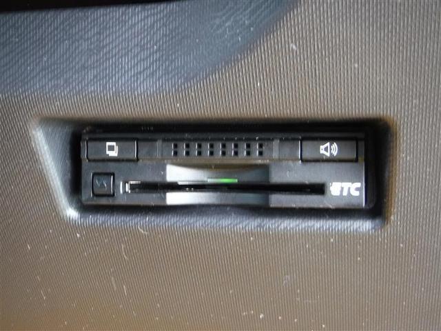 ビルトインタイプのETCです。後付けのものと違い、見た目もインテリアとの統一感を崩さず、運転席周りがスッキリしてますよ。