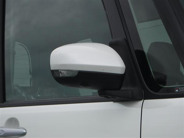 電動格納ミラー!!狭い駐車場で隣の車との間隔が狭い時や狭い道路でのすれ違い時にスイッチ1つでドアミラーを折りたたむ事ができます。便利機能です!!