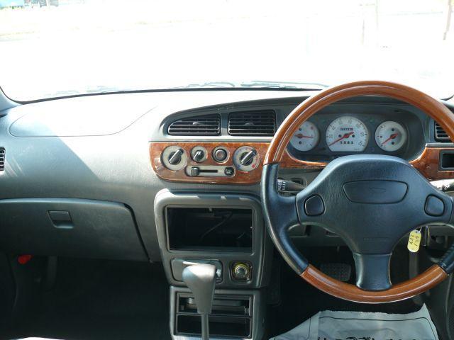 ウッドコンビハンドルにウッド調ダッシュボードでおしゃれな居心地の良い車内空間になっております。