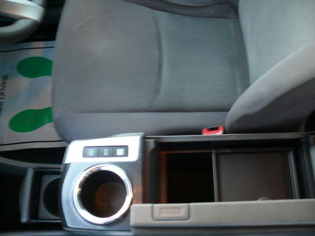 運転席と助手席の間にもちょっとした荷物を置けるスペースがあります。カップフォルダーも収納式なので、使用しない時は収めておくとスッキリしています☆