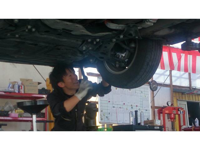 タイヤ点検中!!!!空気圧の点検だけでなく、異常摩耗がないか?亀裂が入ってなか?残りの残量の点検を行ってます!(^^)!
