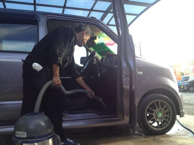 業務用の掃除機を用いて、細かいゴミも掃除しております。足元が汚れていると、車に乗る気も失せますね!!弊社の在庫車を見てください。お気に入りのお車が見つかるはずです!(^^)!