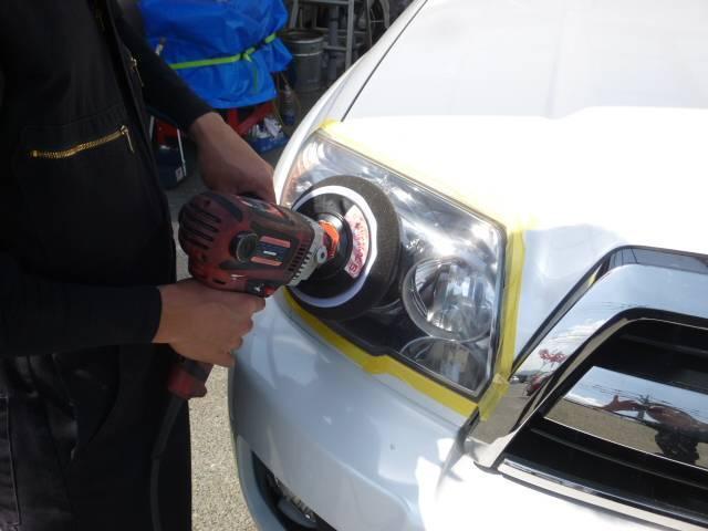 ヘッドライトのクスミも弊社スタッフの力で綺麗になりますよ。ヘッドライト専用のバフにてクスミがでたヘッドライトも復活させます。これで夜間走行も安心です!!